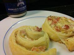 Flammkuchen-Rolle Zutaten: 1 Rolle eckiger Blätterteig, 1 Bund Frühlingszwiebeln, 1 Packung Frischkäse, 150 g Schinken,  Pfeffer und Salz (Rosmarin-Knoblauch-Salz von Würzmeister.ch)