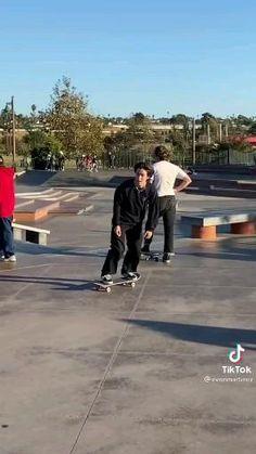 Skateboard Boy, Beginner Skateboard, Skateboard Photos, Skateboard Videos, Skateboard Design, Skate Boy, Cool Skateboards, Skate Style, Longboarding