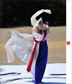 Korean Traditional Dress, Traditional Dresses, Korean Art, Asian Art, Korean Hanbok, Folk Dance, Modern Dance, Action Poses, Photos Of Women