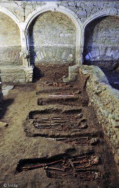 Rangée de sépultures en face d'un enfeu, couvent des Jacobins, Rennes (Ille-et-Vilaine), 2013.