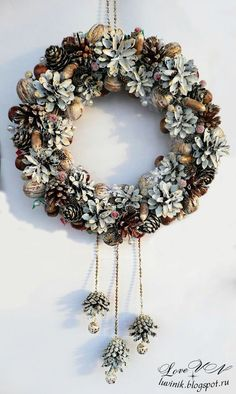 Csodálatos toboz ajtódíszek, a tökéletes hangulatért! Pine Cone Art, Pine Cone Crafts, Wreath Crafts, Xmas Crafts, Diy Wreath, Pine Cone Wreath, Christmas Pine Cones, Rustic Christmas, Pine Cone Decorations