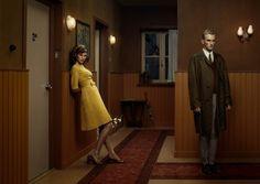 Erwin Olaf - The Hallway Een voorbeeld van geënsceneerde fotografie, dus geen portret! Dit is in scene gezet, je gaat bedenken wat ht verhaal erbij zou kunnen zijn, het lijkt meer een toneelstuk.