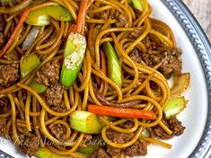 Ground Beef Lo Mein No reason to visit the take-out. This lo mein is so easy and delicious, you can make it right at home. This is one of my all-time favorite Chinese dishes! Beef Dishes, Pasta Dishes, Food Dishes, Main Dishes, Side Dishes, Chili, Asian Recipes, Ethnic Recipes, Gourmet