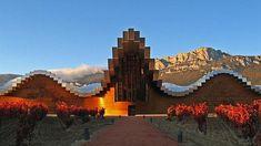 En La Rioja Alavesa, enclavada a los pies de la sierra de Cantabria, se encuentra la bodega Ysios. El edificio se sitúa en el pueblo de Laguardia, a unos 18 kilómetros de Logroño.