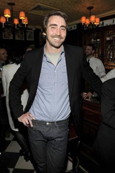Lee m'attend dans un bar, ça y est j'arrive, bonjour Boss