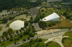 Principais Obras de Oscar Niemeyer - No Brasil e No Exterior - Vista aérea do parque Ibirapuera, em SÃO PAULO, com a marquise, a OCA e o AUDITÓRIO