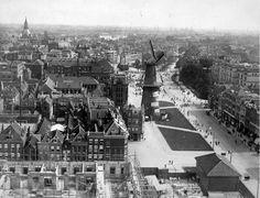 Gezicht op de Coolsingel in 1918 met molen De Hoop en op de voorgrond het in aanbouw zijnde postkantoor, gezien vanaf de toren van het stadhuis. Geheel rechts op de achtergrond het Coolsingel Ziekenhuis. Foto: Henri Berssenbrugge, collectie Stadsarchief Rotterdam.