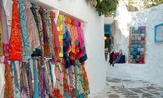 #Mykonos dai mille colori. Il #vento spira instancabilmente su tutta l'isola H24, senza dar tregua a nessuno! Ma tranquilli nelle strade del centro potrete trovare sciarpette, pashmine, foulard di tutti i colori e dai tipici disegni che richiamano la tradizione greca! #MYKONOS_IT