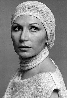Muere Rocío Jurado, la voz de fuego de la canción española Divas, Iconic Women, Old Hollywood, Beanie, Actors, Album, Celebrities, Womens Fashion, Singers