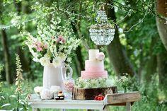 Décoration de table de mariage avec fleurs et bois