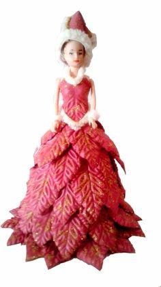 Linda boneca tipo barbie vestida de mamãe noel em e.v.a.  Uma bela opção em decoração, lembrancinha...    Tamanhos:    28 cm de altura  17 cm de comprimento.