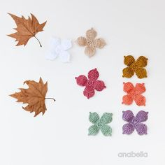 I've made these tiny crochet flowers just for fun, inspired by the wonderful color palette that autumn always gives to us. I also show you a crochet shawl that I really finished some months ago, but n