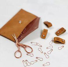 Fløtre   Skinnlapper   Strikkeoppskrifter   Strikketilbehør   Norge Card Case, Knitting Patterns, Sunglasses Case, Shoulder Bag, Wallet, Leather, Handmade, Inspiration, Photos