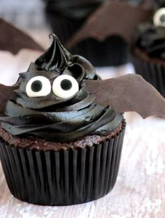 these easy bat cupcakes are the perfect treat for your Halloween festivities. these easy bat cupcakes are the perfect treat for your Halloween festivities. Plat Halloween, Halloween Cupcakes Easy, Dessert Halloween, Halloween Food For Party, Spooky Halloween, Halloween Recipe, Halloween House, Cute Halloween Treats, Halloween Dinner