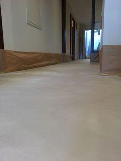 Boden Béton Floor in einem sehr weichen, hellen Grau. Arbeitsgang: 2 von 3 Schichten sind aufgetragen. #betonfloor #bodengrau #betonboden #deisgnboden #wohnbeton