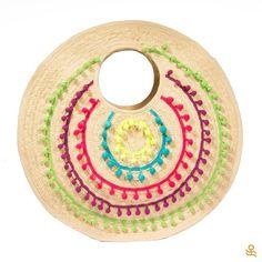 Add some fun & color to your summer outfits with this round straw tote! Get it here /¡ Agrega diversión y color a tus outfits de verano con este bolso redondo de fibra de palma! Consíguelo aquí