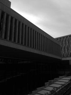 modern gebouw met lijnen in verschillende richtingen in verschillende structuren