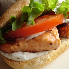 Grilled Salmon Sandwich with Dill Sauce Salmon Fish Tacos, Salmon Sandwich, Grilled Sandwich, Grilled Fish, Grilled Salmon, Sandwich Recipes, Salmon Burgers, Tilapia Recipes, Salmon Recipes