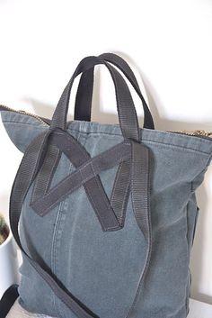 Negra pequeña mochila / morral con cierre y ajuste las correas