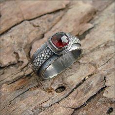 Кольцо с гранатом-гессонитом.