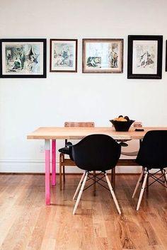ダイニングテーブルの脚だけカラフルにペイントされていて、思わず微笑んでしまいそう。  すべての椅子が違う種類で組まれているのに、手前側と奥側でテイストを揃えているのも面白いですね。