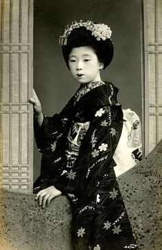 Maiko looking out of a Marumado 1910s by Blue Ruin1, via Flickr