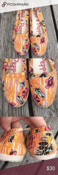 🆕List! Pink & Pepper Canvas Flats! NEW! New without box. Size 7. There is a little color bleed on the inside of the shoe - not noticeable unless you are looking for it! Pink & Pepper Shoes Flats & Loafers