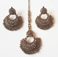 If you want to be a unique bride that looks gorgeous on your wedding day, search for the bridal jewelry that will compliment your attire. Indian Jewelry Earrings, Indian Jewelry Sets, Silver Jewellery Indian, Jewelry Design Earrings, Indian Wedding Jewelry, Bridal Jewelry, Silver Jewelry, Silver Ring, Silver Necklaces
