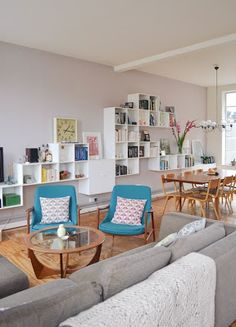 Scandinavian living room : beautiful bookshelves + danish armchairs via Apartment Therapy