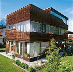 """""""Selbst ist der Häuslebauer"""", sagte sich der Besitzer dieses zweistöckigen Wohnhauses, das in Innsbruck steht. Unter anderem durch die vielen Eigenleistungen des Bauherren konnte Architekt Gerhard Blasiker die Kosten auf 165.000 Euro begrenzen."""
