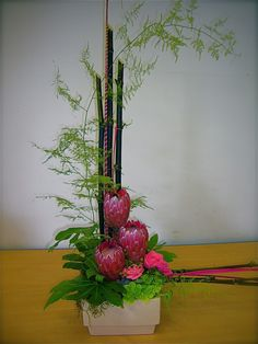 Easy Flowers Arrangements For Kids Referral: 7867640097 Contemporary Flower Arrangements, Tropical Flower Arrangements, Creative Flower Arrangements, Flower Arrangement Designs, Ikebana Flower Arrangement, Church Flower Arrangements, Ikebana Arrangements, Beautiful Flower Arrangements, Tropical Flowers