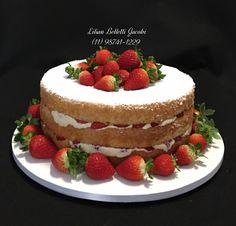 Naked Cake ou Bolo Pelado de baunilha com recheio de creme Pâtissièrie e pedaços de morango.  #pâtissière #aniversario #bolo #bolopelado #cake #baunilha #naked #cremepatissiere #cakestagram #insta #instabolo #instagram #instacake