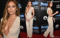 Jennifer Lopez também escolheu um macacão para ir ao People Magazine Awards 2014. A peça decotada é da Naeem Khan