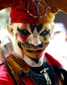 Clown Satan fell and took so many lost souls with him. - The Ancient Clown Wars :( Halloween Clown, Gruseliger Clown, Circus Clown, Halloween Witches, Spirit Halloween, Halloween Party, Freaky Clowns, Evil Clowns, Costumes