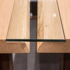 Eine gelungene Materialkombination bringt oft Spannung ins Design - so wie hier bei der Kombination von Glas und echtem Holz in der Tischmitte. #holzgespür #Eiche #Esstisch