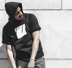 Kurzärmliger Hoodie mit Print auf Vorder- und Rückseite! Hier entdecken und shoppen: http://sturbock.me/NjF