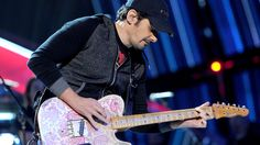 Brad Paisley dedicates song to American doctor fighting Ebola
