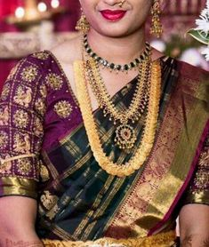 Bride in Heavy Kasu Mala Emerald Set - Jewellery Designs Silk Saree Blouse Designs, Bridal Blouse Designs, Blouse Patterns, Indian Jewellery Design, Jewellery Designs, Gold Jewellery, India Jewelry, Bridal Jewellery, Indian Wedding Couple Photography