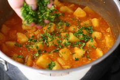 Mâncare de cartofi (tocăniță) simplă, de post   Laura Laurențiu Chana Masala, Cookie Recipes, Curry, Potatoes, Vegan, Ethnic Recipes, Dinner Ideas, Foods, Cookies