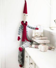 Neulottu tonttu on jättikokoa, ja sillä on oma vaatevarasto - Kotiliesi. Stick O, Christmas Inspiration, Hobbies And Crafts, Doilies, Elf, My Design, Knitting, Holiday Decor, Home Decor