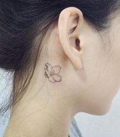Tatouage derrière l'oreille lotus