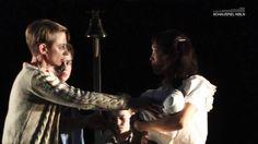 DOGVILLE - Theater Schauspiel Köln  Dogville ist eine kleine Gemeinde in den Rocky Mountains am Rande der Zivilisation. Das Leben ist entbehrungsreich und eintönig. Doch eines Abends geschieht wie aus dem Nichts etwas Unvorhergesehenes: Der selbsternannte Philosoph und Dorfpoet Tom Edison hört Schüsse und wird Zeuge wie eine junge Frau von einer schwarzen Limousine verfolgt wird. Er versteckt sie und gewährt ihr Hilfe. Auf der nächsten Gemeindesitzung präsentiert er der überraschten…