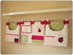 Bols�es porta fraldas e porta trecos - Joaninha<br><br>Pode ser feito em outras cores e temas. Feito em tecido 100% algod�o. <br><br>Valores: <br><br>bolsas R$110,00 cada<br>porta trecos R$90,00<br><br>Medidas:<br><br>cm de comprimento<br>cm de altura<br><br>Prazo de produ��o:<br><br>O PRAZO DE PRODU��O PODE VARIAR ENTRE 20 E 60 DIAS DE ACORDO COM NOSSA AGENDA. ANTES DE FECHAR O PEDIDO CONFIRME CONOSCO