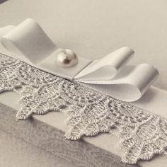 Detalhe que faz a diferença. #casamento #Wedding #bride #bow #laço #noiva #noiva2015 #casar #guipir #guipire #cetim #ateliecrisetiago