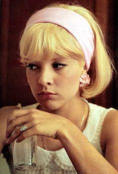 i-am-bold-as-love: Sylvie Vartan ヘアバンド Retro Mode, Mode Vintage, 1960s Fashion, Vintage Fashion, Pelo Vintage, Estilo Retro, Francoise Hardy, Jane Birkin, Brigitte Bardot