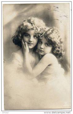 Grete & Hanni Reinwald Vintage Christmas Photos, Vintage Children Photos, Images Vintage, Vintage Girls, Vintage Art, Old Pictures, Old Photos, 1800s Photography, Nostalgic Images