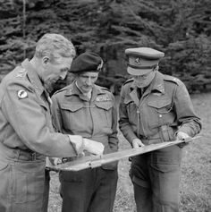 Operation Market Garden - Field Marshal Montgomery (centre) consults a map with Lieutenant-General Horrocks (left) and Prince Bernhard of the Netherlands, September Military Careers, Military History, Military Uniforms, Siegfried Line, Bernard Montgomery, Airborne Army, Operation Market Garden, Lieutenant General, Famous Photos
