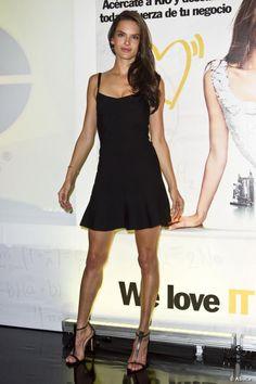 Alessandra Ambrosio, adopte la petite robe noire sexy, au Mexique.