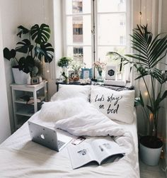 20 Small Bedroom Design Ideas You Must See Some people like a minimalist approach, while others have bedroom ideas that are quite extravagant. Take look the 20 Small Bedroom Design Ideas. Bedroom Apartment, Home Bedroom, Cozy Apartment, Teen Bedroom, Modern Bedroom, Apartment Plants, Bedroom Inspo, Apartment Design, Girl Bedrooms