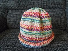 メリヤス編みをしているだけで次々とキレイな柄が現れて来るドイツ生まれの靴下用毛糸・Opal(オパール)。この毛糸をつかって腹巻帽子を作ってみませんか? 編み方はとっても簡単なんですよ♪